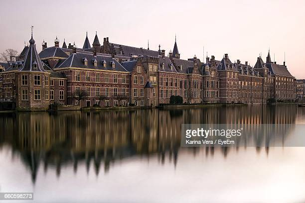 binnenhof reflection in hofvijver against sky - binnenhof stock photos and pictures