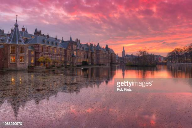 binnenhof the hague reflected in the hofvijver after sunset - den haag stock-fotos und bilder