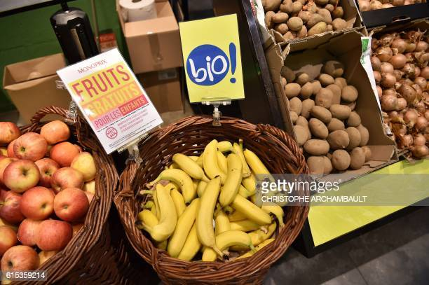 Bio bananas are pictured in a Monoprix shop during a press briefing in Paris on October 18 2016 / AFP / CHRISTOPHE ARCHAMBAULT