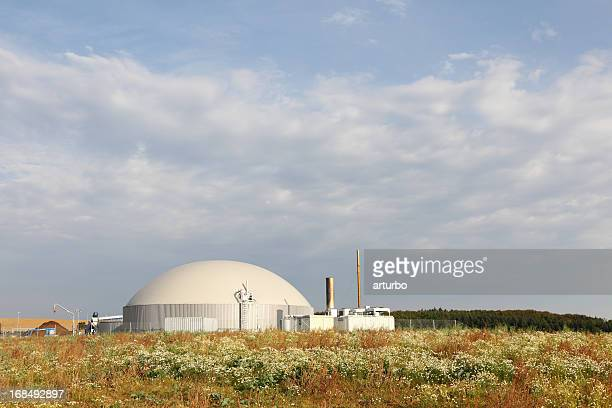 バイオガス電力器は緑の牧草地