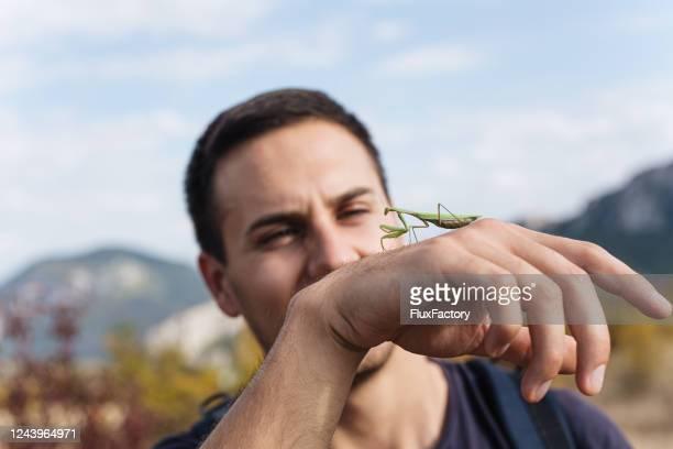 biologo che gode di bellezze naturali - biologo foto e immagini stock