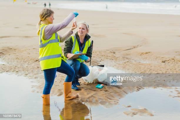 ingegnere donna biotecnologica che esamina campioni di acqua di mare - biologo foto e immagini stock