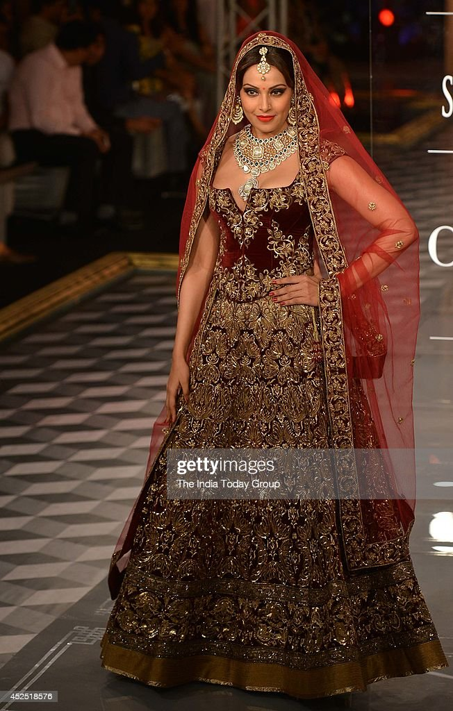 Bipasha Basu walks the ramp during the closing show of the India Couture Week 2014