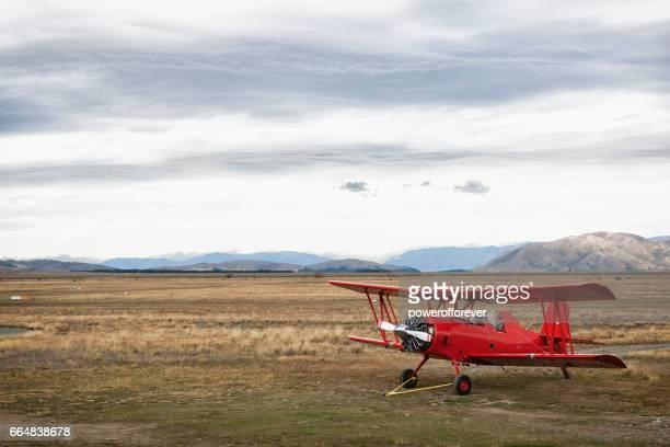 doppeldecker in den südalpen von neuseeland - doppeldecker flugzeug stock-fotos und bilder