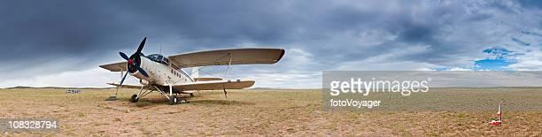 doppeldecker auf abgelegenen grassland airstrip inner mongolia, china-panorama - doppeldecker flugzeug stock-fotos und bilder