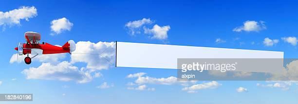 doppeldecker mit banner - doppeldecker flugzeug stock-fotos und bilder