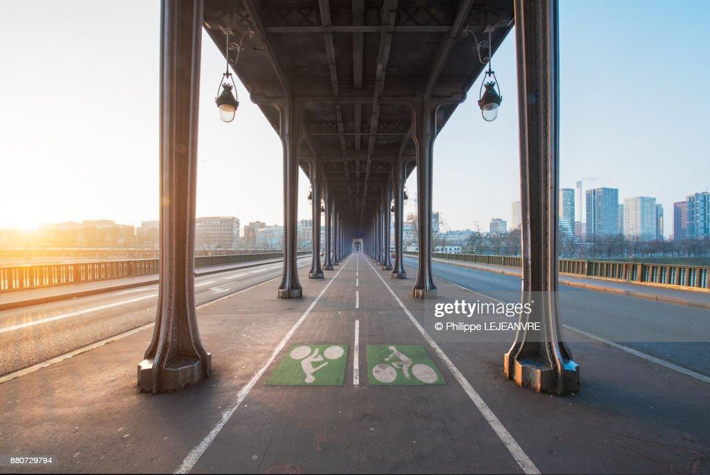 Bir Hakeim bridge vanishing poijt of view against sun in Paris : Photo