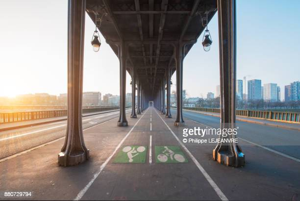 Bir Hakeim bridge vanishing poijt of view against sun in Paris