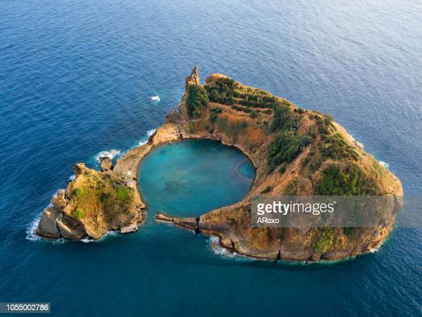bird eye view in azores, aerial panoramic view of  slet of vila franca do campo is formed by the crater of an old underwater volcano - insel stock-fotos und bilder