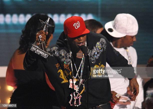 Birdman and Lil Wayne accept the Viewers' Choice award for 'Stuntin' Like My Daddy'