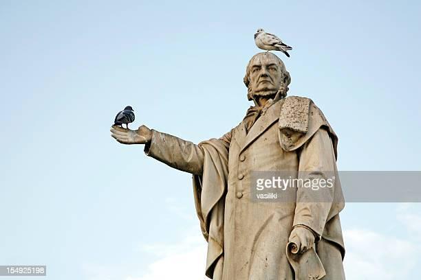 vögel ruhen auf statue - scheisse stock-fotos und bilder