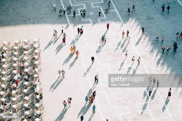 birdseye view of people in st mark's square, venice - städtischer platz stock-fotos und bilder