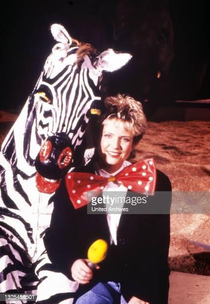 Birgit Biggi Lechtermann, deutsche Moderatorin, mit Zebra, Deutschland um 1991.