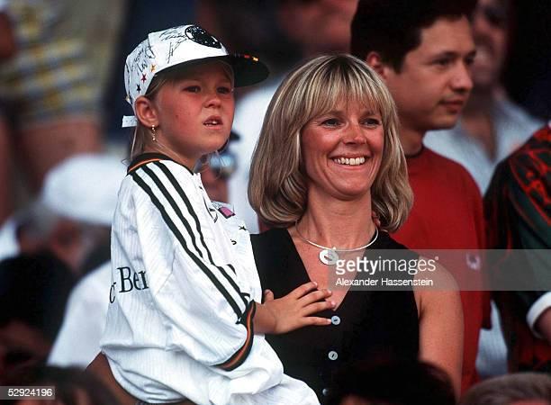 Montpellier 290698 DEUTSCHLAND MEXIKO 21 ACHTELFINALE Birgit KOEPKE Ehefrau von Torwart Andreas KOEPKE mit Tochter CAROLINE