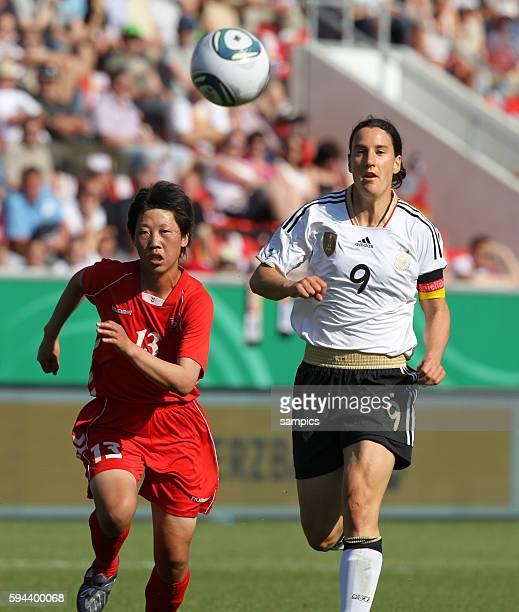 Birgit Prinz gegen Un Ju Kim Frauenfussball Länderspiel Deutschland Nordkorea Korea DVR 20 am 21 5 2011