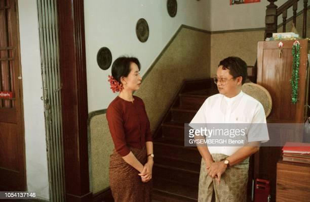 Birmanie décembre 1995 AUNG SAN SUU KYI opposante birmane assignée à résidence à Rangoon Ici discutant avec un proche devant l'escalier de sa...