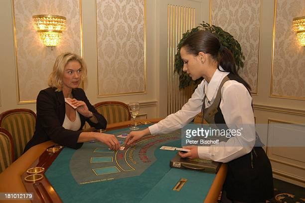 Birte Berg Angestellte des Casinos neben den Dreharbeiten zum ZDFFilm Herz ohne Krone CasinoBesuch Bukarest/Rumänien 161202 Casino Spieltisch...