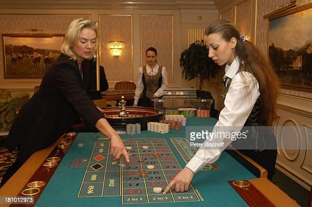 Birte Berg Angestellte des Casinos neben den Dreharbeiten zum ZDFFilm Herz ohne Krone CasinoBesuch Bukarest/Rumänien 161202 Casino Roulette...