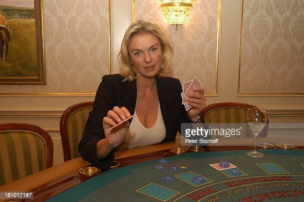 Birte Berg neben den Dreharbeiten zum ZDFFilm Herz ohne Krone CasinoBesuch Bukarest/Rumänien 161202 Casino Spieltisch Spielchips Glas Karten