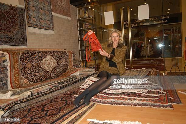 Birte Berg neben den Dreharbeiten zum ZDFFilm Herz ohne Krone Einkaufsbummel Bukarest/Rumänien 161202 Teppich Teppichladen Teppiche roter Beutel