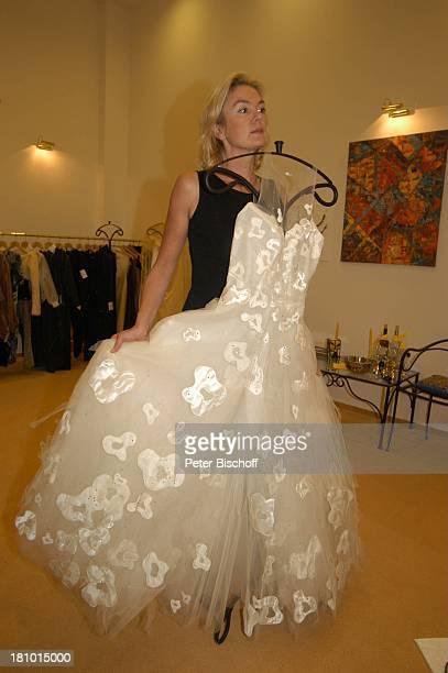 Birte Berg neben den Dreharbeiten zum ZDFFilm Herz ohne Krone Einkaufsbummel Bukarest/Rumänien 161202 weißes Kleid weiss Anprobe anprobieren