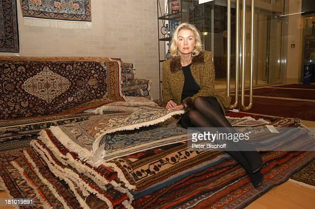 Birte Berg neben den Dreharbeiten zum ZDFFilm Herz ohne Krone Einkaufsbummel Bukarest/Rumänien 161202 Teppich Teppichladen Teppiche