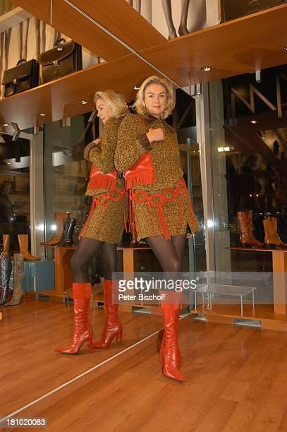 Birte Berg neben den Dreharbeiten zum ZDFFilm Herz ohne Krone Einkaufsbummel Bukarest/Rumänien 161202 rote Stiefel Handtasche Spiegel Anprobe...