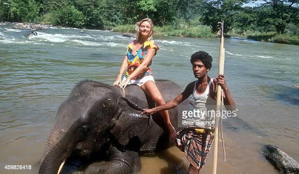 Birte Berg und Einheimischer am Rande der Dreharbeiten zum Kinofilm Der Stein des Todes am auf Sri Lanka