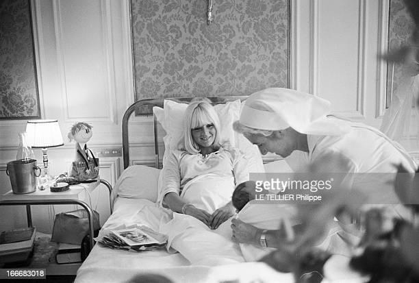 Birth Of David Son Of Johnny Hallyday And Sylvie Vartan France BoulogneBillancourt 16 août 1966 à la clinique du Belvédère la chanteuse Sylvie VARTAN...