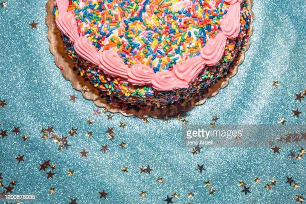 birthday background, birthday cake, birthday party background, sprinkles, sprinkle cake - birthday stock pictures, royalty-free photos & images