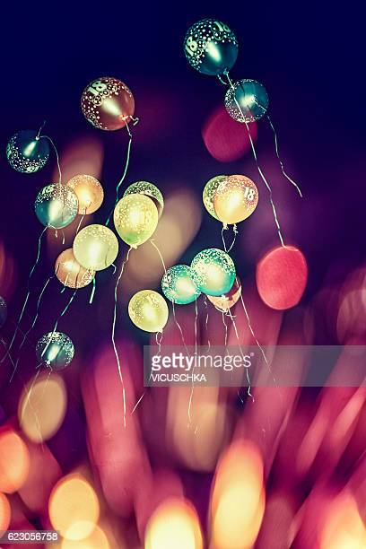 birthday balloons with the number 18, take off into the dark night sky - 18 19 jahre stock-fotos und bilder