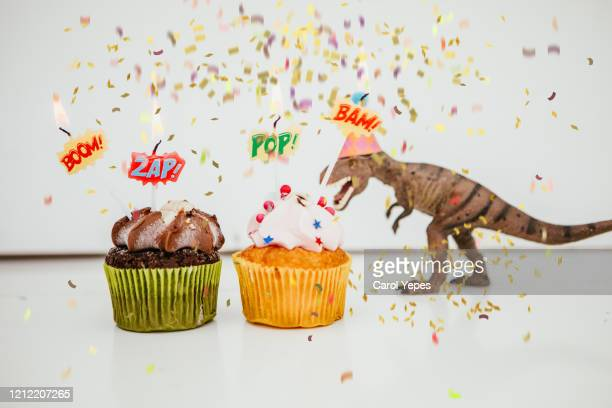 birthday cake and  toy dinosaur - anniversaire humour photos et images de collection