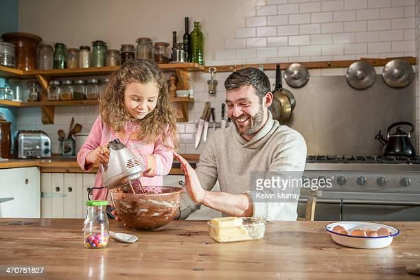 birthday cake baking with daddy - genderblend stockfoto's en -beelden
