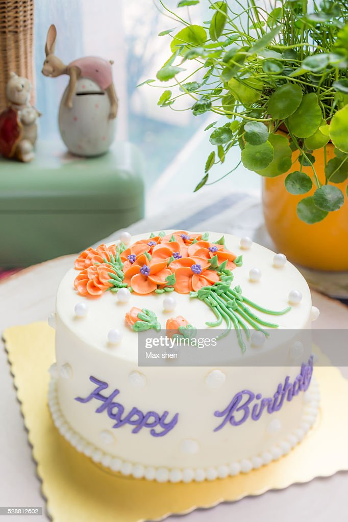 A Birthday Cake Decorated With Buttercream Flowers Stock Foto