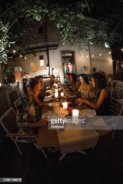 geburtstag-dinner-party - gast stock-fotos und bilder