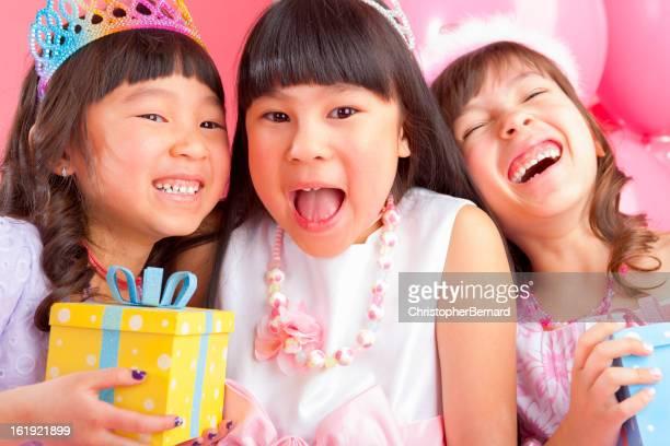 fille d'anniversaire pour célébrer un événement entre amis. - royalty free images no watermark photos et images de collection