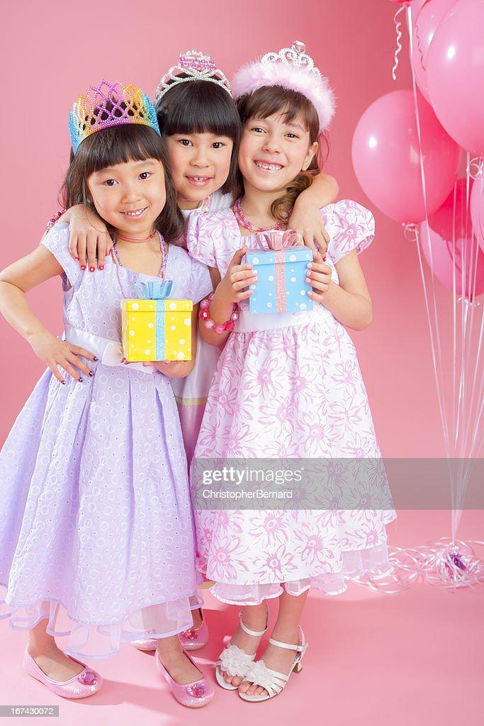 Cumpleaños Chica de una celebración con amigos. : Foto de stock