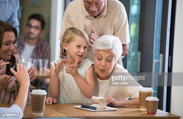 geburtstagsfeier im coffee shop - beautiful granny stock-fotos und bilder