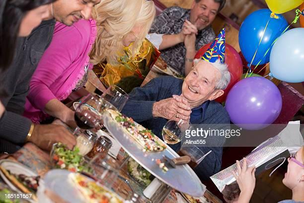 Fête d'anniversaire de 90 ans Homme dans un restaurant pizza
