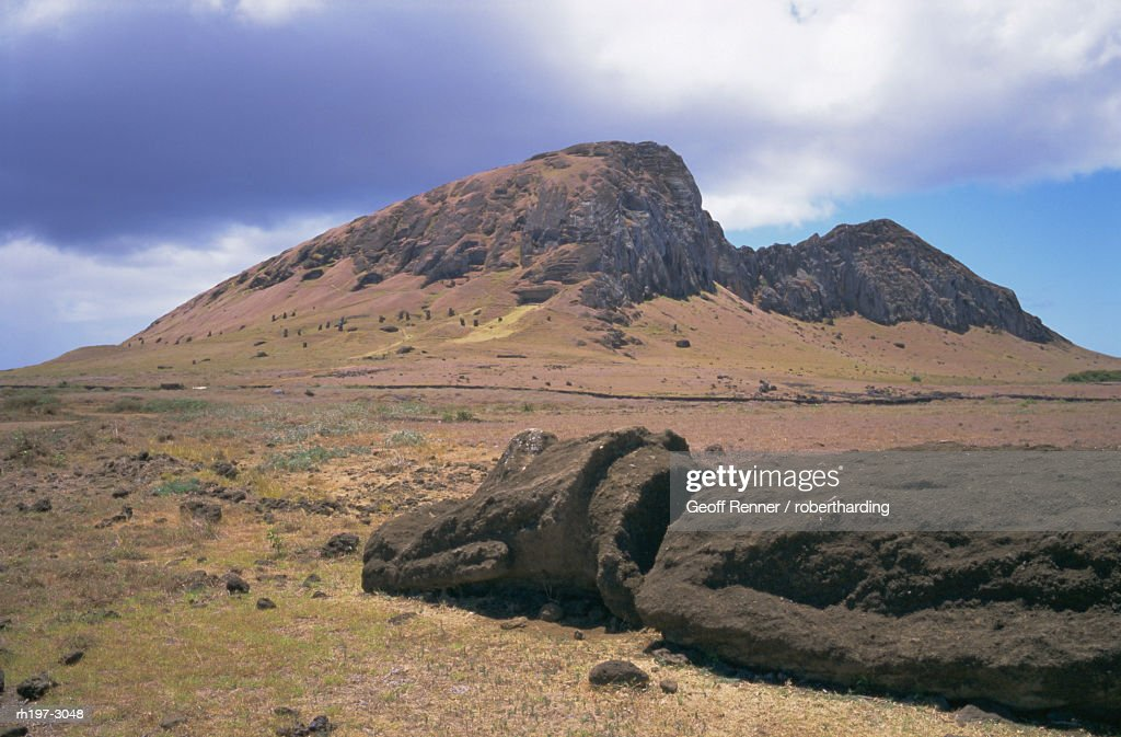 Birthplace of the moai, with numerous heads left on slopes, Volcan Rano Raraku, Rapa Nui National Park, UNESCO World Heritage Site, Easter Island, Chile, Pacific : Foto de stock