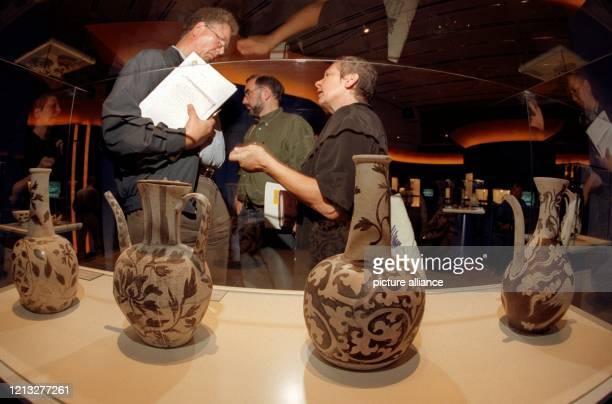 Bis zu 1000 Jahre altes Porzellan aus chinesischen Dschunkenwracks wird unter dem Titel «Weißes Gold» am 27.8.1997 erstmals in Frankfurt/Main der...
