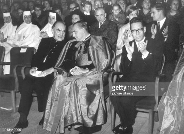 Bischof Kurt Scharf im Gespräch mit dem katholischen Ostberliner Erzbischof Alfred Kardinal Bengsch am 25 November 1967 auf dem Bistumstag in der...
