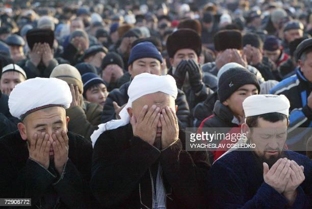 Bishkek , KYRGYZSTAN: Kyrgyz Muslims pray as they mark the second day of the Muslim feast of Eid al-Adha in Bishkek, 31 December 2006. The tradition...