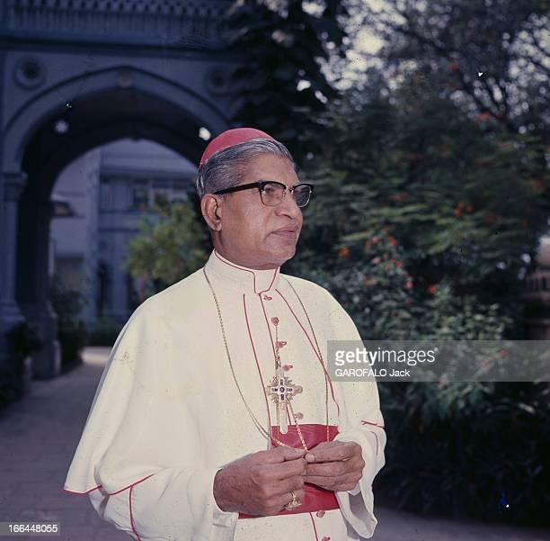 Bishop Gracias Archbishop Of Bombay Bombay décembre 1964 Portrait de Monseigneur GRACIAS archevêque en vêtement liturgique en extérieur