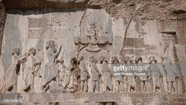 bisotun / behistun inscription, a rock relief and message from darius the great, engraved in cliff of zagros mountains, kermanshah province, iran - ダレイオス1世 ストックフォトと画像