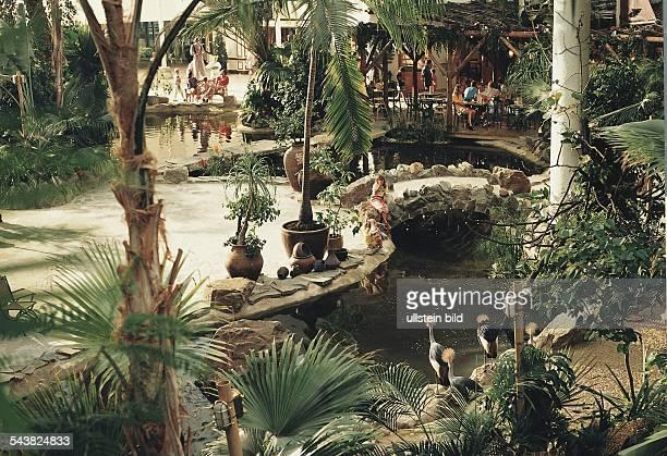 Bispingen Niedersachsen BRD künstlich angelegte Parklandschaft in einem überdachten Ferienpark der Center Parcs Gruppe Aufgenommen 1999