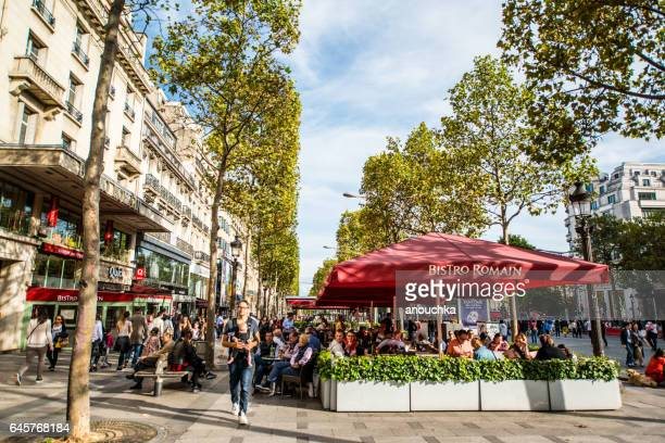 bistro romain on avenue des champs-elysees, paris - pavement cafe stock pictures, royalty-free photos & images