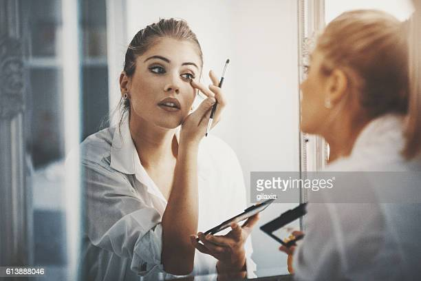 bit of eye shadow and we're good to go. - voorbereiding stockfoto's en -beelden