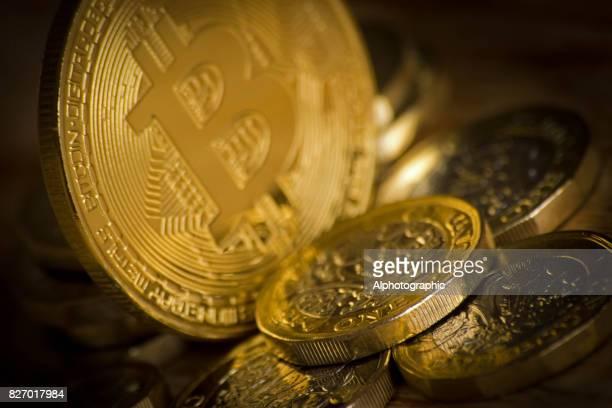 Bitcoin und ein Pfund-Münzen