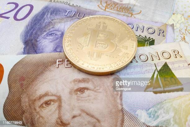 スウェーデンクローナ紙幣の積み重ねの上にビットコインコイン - スウェーデン通貨 ストックフォトと画像
